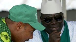 Rais wa zamani wa Gambia, Yahya Jammeh (kulia) na mshirika wake wa karibu, Edward Singhateh, afisa wa zamani wa jeshi la Gambia, hapa ilikuwa maaka 2006.