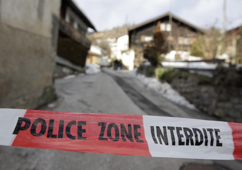 Faixa da polícia isola área onde atirador matou três mulheres