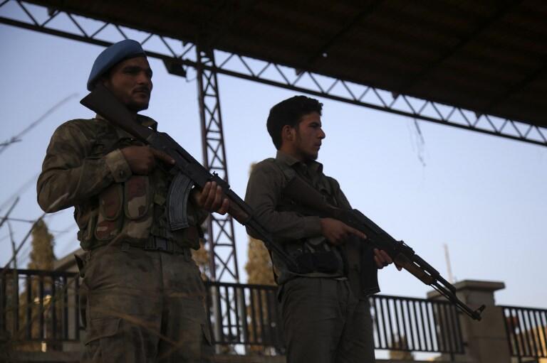 Des soldats de groupes armés pro-turcs surveillent la ville d'Afrin, le 19 novembre 2018, après les affrontements de dimanche 18.