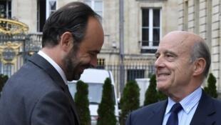 Le Premier ministre Edouard Philippe salue l'ex-Premier ministre Alain Juppé et actuel maire de Bordeaux, devant l'Hôtel de Ville.