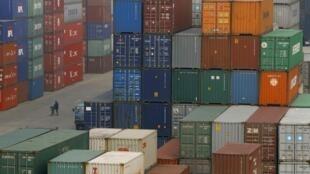 2010年1月11日武汉港停泊的集装箱货物