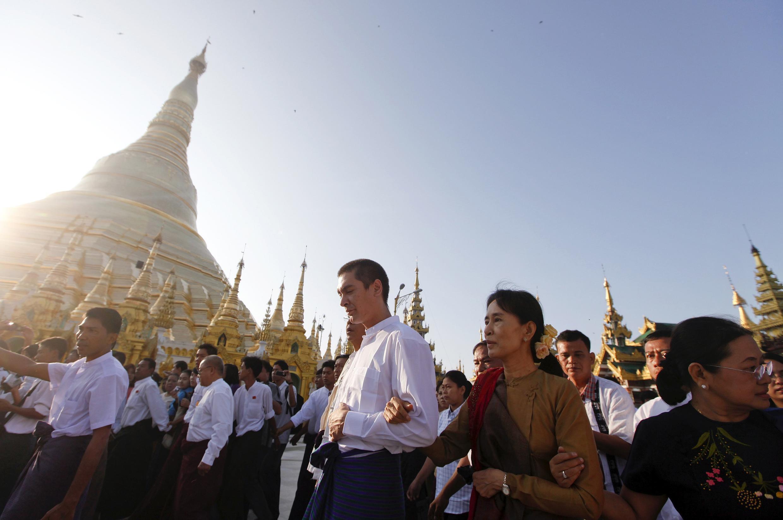Myanmar's pro-democracy leader Suu Kyi on a visit to Shwedagon Pagoda in Yangon