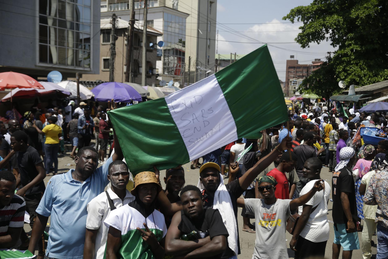 Waandamanaji katika mitaa ya Lagos mji mkuu wa kiuchumi wa Nigeria, Oktoba 20, 2020.