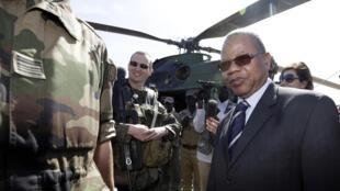 Le Premier ministre malien Diango Cissoko avec des militaires français le 19 janvier 2013.