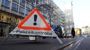 Policiais fazem controle de motoristas no local onde se realiza a 48ª Conferência sobre Segurança de Munique.