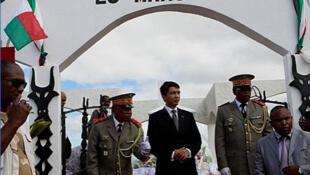 Andry Rajoelina (C) président de la Transition malgache, lors de la cérémonie officielle de commémoration de l'insurrection du 29 mars 1947  à Manakara, chef-lieu de la région Vatovavy Fitovinany.