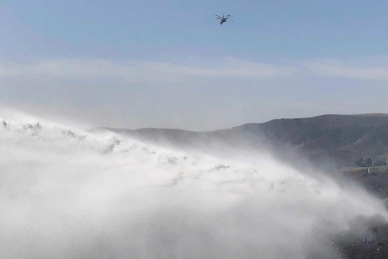 2019年10月30日,一架直升機從加利福尼亞州西米穀里根總統圖書館附近山坡上火災現場上空經過。