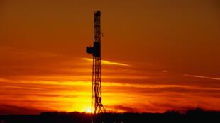 Un derrick, servant à soutenir un dispositif de forage de puits de pétrole.