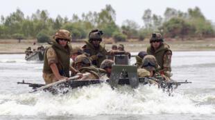 La force Barkhane met en place des patrouilles nautiques sur le fleuve Niger.