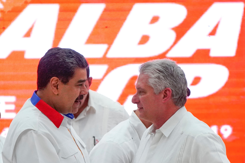 Tổng thống Venezuela Nicolas Maduro (trái) trao đổi với Chủ tịch Cuba Miguel Diaz Canel tại lễ bế mạc Liên minh ALBA - La Habana ngày 14/12/2019.