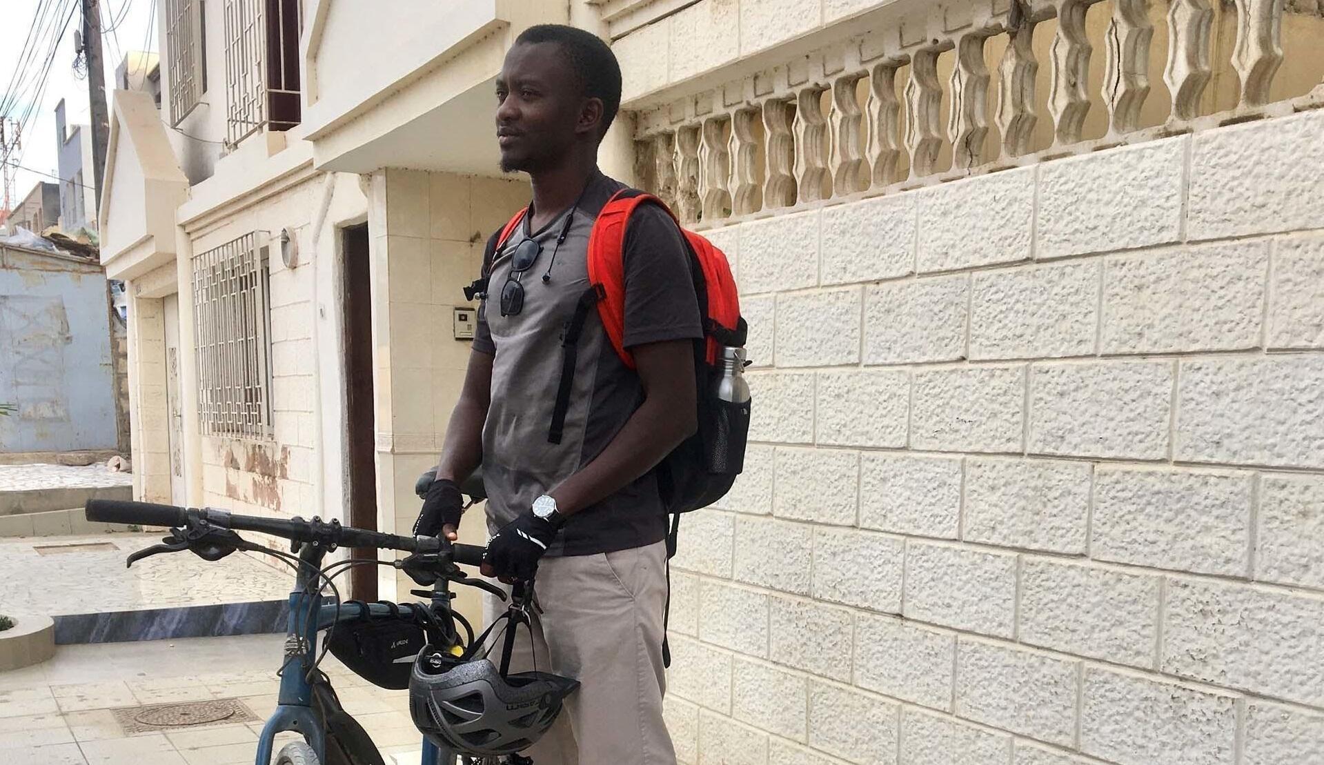 Baye Cheikh Sow avec son mouvement «Sama Vélo» veut sensibiliser ses compatriotes et les autorités au vélo comme moyen de transport urbain.