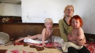 """Sasha Ruseva, mãe do """"anjo loiro"""", e seus dois outros filhos em sua residência em Nikolaevo, na Bulgária, em foto do dia 24 de outubro de 2013."""