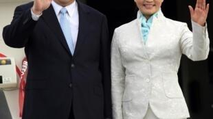 Chủ tịch Trung Quốc Tập Cận Binh và phu nhân Bành Lập Viên đến phi trường quốc tế Dar es Salaam, Tanzania, ngày 24/03/2013