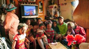 Patricia et les enfants de la maison, dans son coin salon.