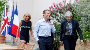 Emmanuel Macron, junto com a primeira-dama Brigitte (e), recebeu a primeira-ministra britânica Theresa May (d) no Forte de Bregançon, a residência de férias tradicional dos presidentes franceses.