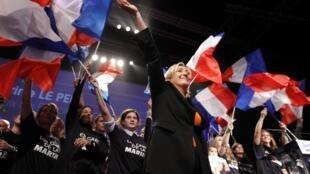 Marine Le Pen, patronne du Front national, à la fin du rassemblement où elle a présenté les grandes lignes de son projet pour la présidentielle, le 19 novembre 2011 à Paris.