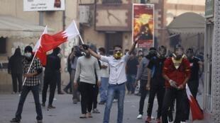 Des partisans de cheikh Ali Salmane manifestent aux abords de la maison du chef de l'opposition dans le village de Bilad al-Qadeem, le 5 janvier 2015.