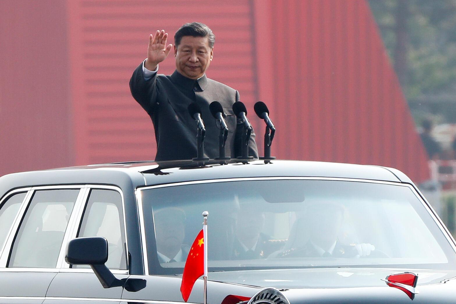 10月1日,中共建政70周年,习近平在天安门广场检阅三军。