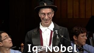 Торжественность и юмор - две стсоавляющие церемонии Ig Nobel. Гарвард, 13 сентября 2018