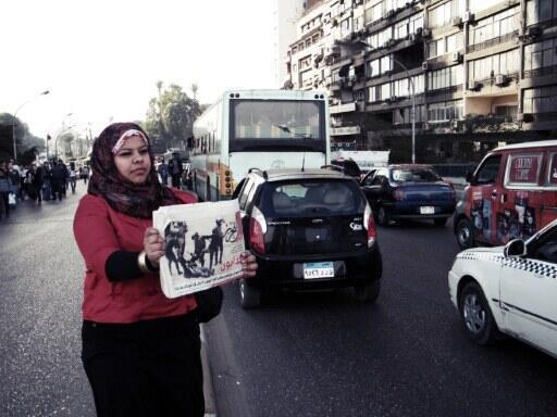 Une manifestante proteste, place Tahrir, contre les violences faites aux femmes par l'armée, le mardi 20 décembre 2011.