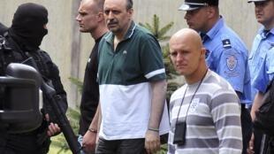 Полиция сопровождает Горана Хаджича после посещения им тяжело больной матери в Нови Саде 22/07/2011