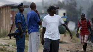 La police dans les rues du quartier de Musaga, à Bujumbura, le 24 juillet 2015.