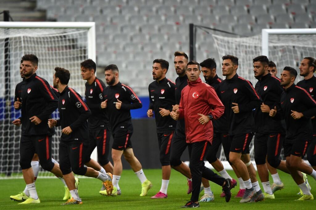 Seleção turca treina no Stade de France, enquanto políticos pedem que jogo contra França seja anulado.