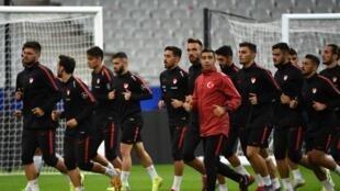 L'équipe turque en plein entraînement au Stade de France, à Saint-Denis (près de Paris), le 13 octobre 2019.