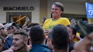 Jair Bolsonaro, au moment de son attaque à l'arme blanche le 6 septembre 2018 à Juiz de Fora, en pleine campagne électorale.