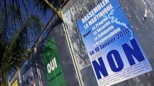 Des panneaux électoraux à Fort de France, appelant au vote le 10 janvier lors du referendum en Martinique.