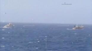 Một tàu tuần duyên của Achentina đuổi theo một tàu cá Trung Quốc ngoài khơi Achentina 14/03/2016.