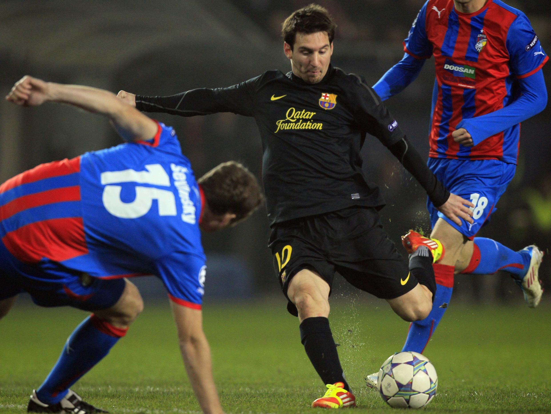 Messi chuta para marcar contra o Viktoria nesta terça-feira, em Praga.