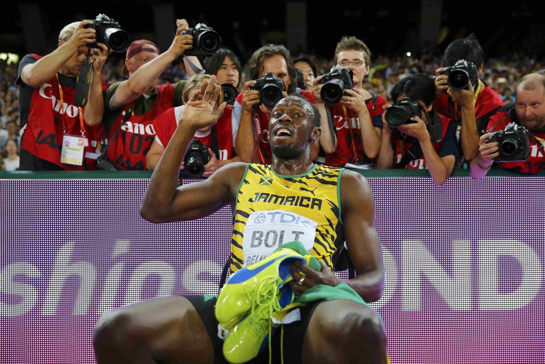 Mwanariadha wa Jamiaca, Usain Bolt akiwa amekaa mkao wa kupigwa picha mara baada ya kumaliza mbio za mita 200 hivi karibuni.
