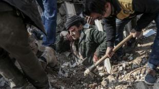 Des casques blancs extraient un homme des décombres dans la Ghouta orientale en janvier 2018.