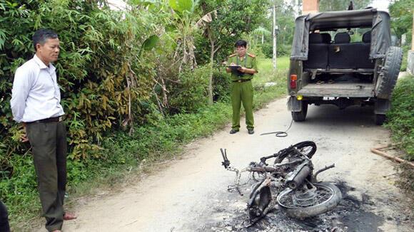 """""""Cẩu tặc"""" bị đánh chết hay trọng thương là chuyện xảy ra khá thường xuyên. Trong ảnh, một vụ đốt xe cẩu tặc ở tỉnh Nghệ An (DR)"""