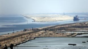 Vue aérienne des deux branches du passage de Suez prise du pont de la paix dans le désert d'Ismaïlia jeudi 6 août 2015.