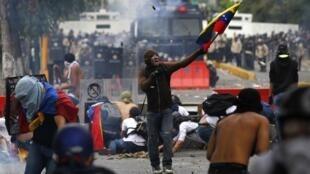 Des heurts entre les manifestants antigouvernementaux et les forces de l'ordre à Caracas, le 12 mars 2013.