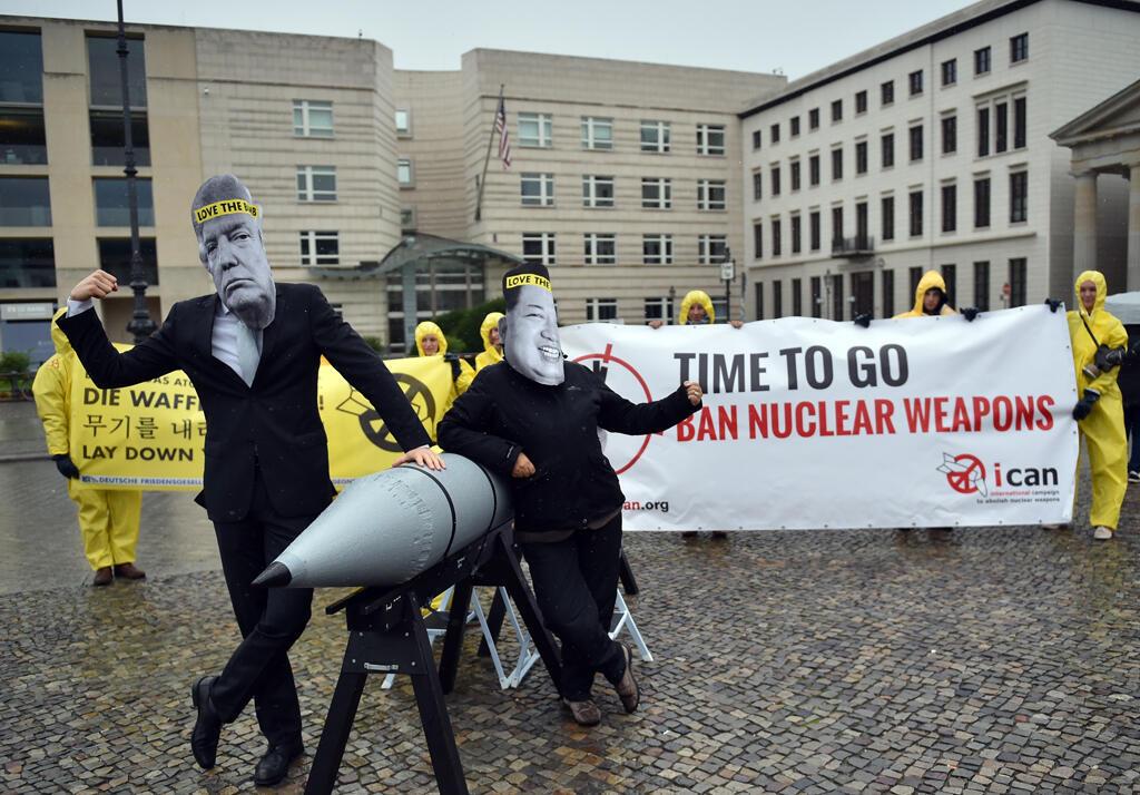 Militantes do grupo ICAN, vencedor do Prêmio Nobel da Paz, participam de uma ação no dia 13 de setembro de 2017, em Berlim, para abolir as armas nucleares.