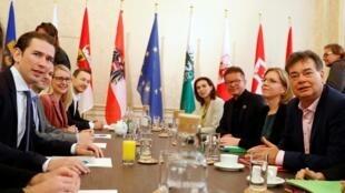 Le chef de l'ÖVP Sebastian Kurz en compagnie du dirigeant des Verts Werner Kogler, le 18 octobre à Vienne.