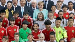 Chủ tịch Trung Quốc Tập Cận Bình và thủ tướng Đức Angela Merkel trước trận giao hữu giữa hai đội bóng U12 của hai nước tại Berlin, ngày 5/7/2017.