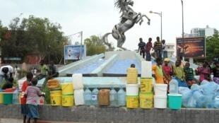 A Dakar, les habitants attendent avec des containers vides de pouvoir les remplir d'eau (Image d'illustration).