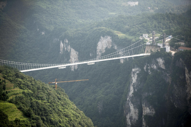 """طولانیترین و مرتفعترین پل شیشهای جهان، در کوههای """"ژانگجیاجی"""" در چین."""