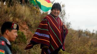 El presidente boliviano, Evo Morales, observa pasar el Rally Dakar en Bolivia el 11 de enero de 2018.