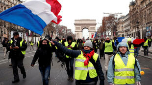 Coletes amarelos participam do quinto ato de protesto na avenida Champs Elysées, em Paris, neste sábado, 15 de dezembro de 2018.