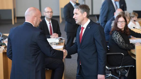 le libéral Thomas Kemmerich (G) est félicité par le leader régional du parti d'extrême droite Björn Höcke.
