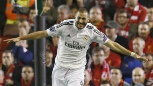 Karim Benzema, aliye itoa pabaya Real Madrid, ambayo imekua na furaha baada ya kupata ushindi ugenini dhidi ya Liverpool, Jumatano Oktoba 22mwaka 2014.