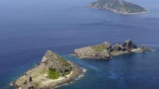 Quần đảo Senkaku/Điếu Ngư gồm ba đảo nhỏ Uotsuri (phía trên), Minamikojima (giữa) và Kitakojima. Ảnh chụp tháng 09/2012.