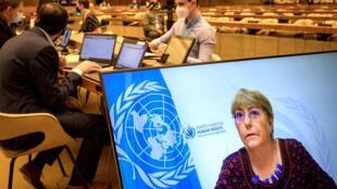 Michelle Bachelet, en la pantalla, durante su discurso en la apertura de la reunión del Consejo de Derechos Humanos de la ONU sobre el conflicto israelo-palestino, el 27 de mayo de 2021 en la ciudad suiza de Ginebra