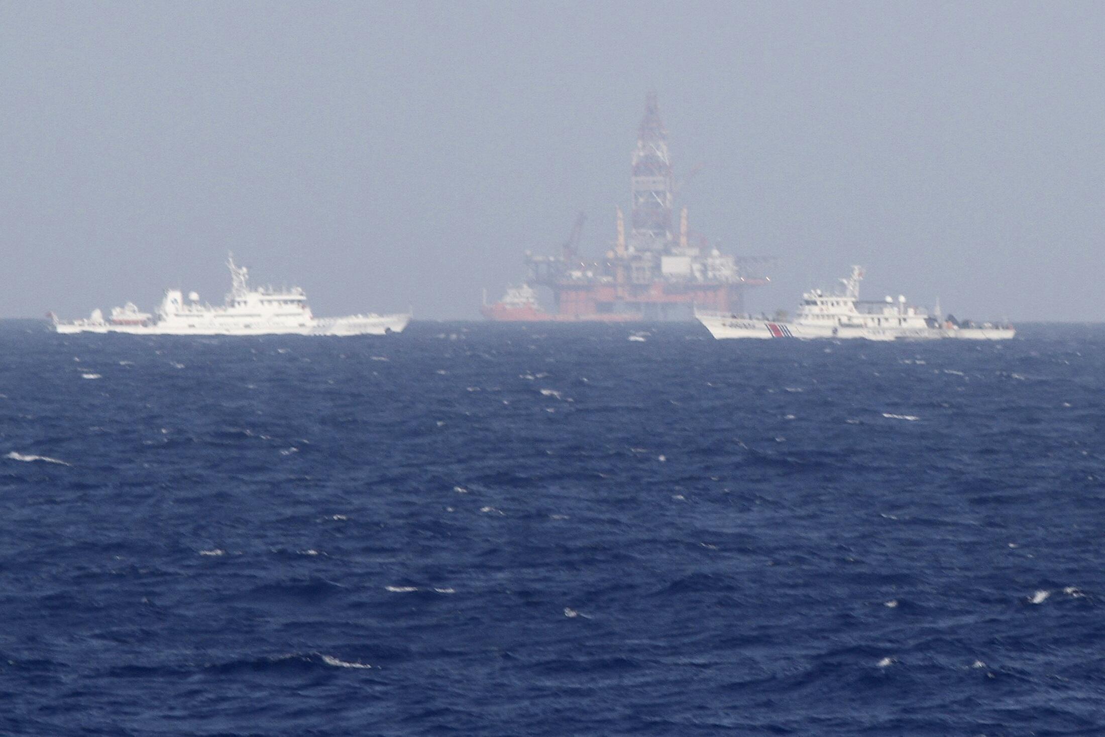 Giàn khoan HD-981 ngang nhiên xâm phạm vùng đặc quyền kinh tế Việt Nam tại Biển Đông, với các tàu tuần duyên bảo vệ xung quanh. Ảnh chụp ngày 14/05/2014.