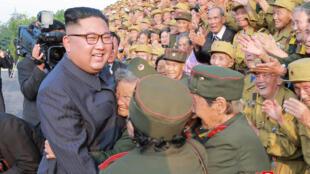 Kiongozi wa Kikorea Kaskazini Kim Jong-un, amezungukwa na maveterani katika jeshi la nchi hiyo, picha hii iliyotolewa Julai 27, 2018 na serikali ya Pyongyang.